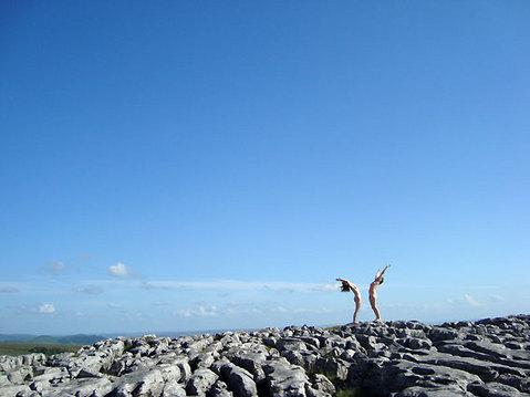 incontro nudista su spiaggia di roccia