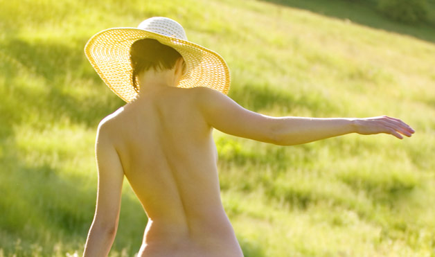 donna nudista su prato